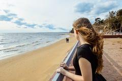 Une jeune fille regarde un couple dans l'amour Photo libre de droits
