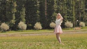 Une jeune fille russe heureuse court en parc de ville clips vidéos