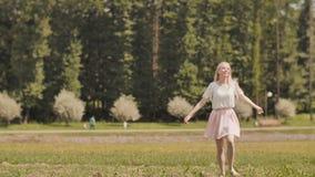 Une jeune fille russe heureuse court en parc de ville banque de vidéos