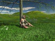 Une jeune fille s'assied sous un arbre Image libre de droits