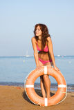 Une jeune fille sur la plage Images libres de droits