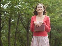 Une jeune fille tenant un livre Image libre de droits
