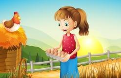 Une jeune fille tenant un plateau d'oeufs Photo stock