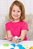 Jeune fille colorant des oeufs de pâques Images stock