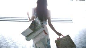 Une jeune fille va sur une transition avec des paquets clips vidéos