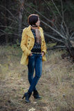 Une jeune jolie fille se tient dans une pose décontractée sur la nature dans un coni Photos libres de droits