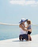 Une jeune mère enceinte avec une petite fille (3 années) sur t Images stock