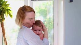 Une jeune mère heureuse affectueuse étreint un fils soignant dans la crèche belle lumi?re Le concept de l'amour, famille et clips vidéos