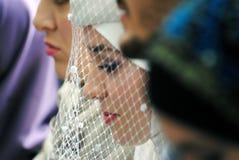 Une jeune mariée avec un voile images stock