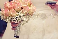 Une jeune mariée et elle ont soumis à une contrainte photographie stock