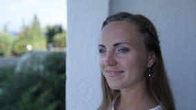 Une jeune mariée heureuse sur le balcon s'inquiète avant l'arrivée du marié leur jour du mariage banque de vidéos