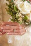 Une jeune mariée plus âgée tenant le bouquet Photo libre de droits