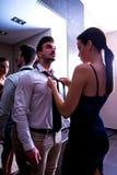 Une jeune obtention de couples s'est habillée dans le vestiaire Images stock