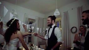 Une jeunes jeune mariée, marié et invités dansant sur une réception l'épousant banque de vidéos