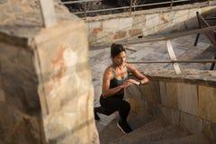Une jolie brune faisant des exercices sur des escaliers Images libres de droits