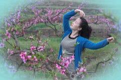 Une jolie danse de femme dans le jardin de pêche Photographie stock libre de droits