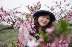 Une jolie femme dans le jardin de pêche Image libre de droits