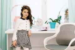 Une jolie fille dans sa chambre se tient à côté de la table Image libre de droits