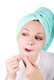 Une jolie fille trouvant une acné Images libres de droits