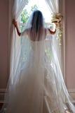 Une jolie mariée posant avec Boquet et boucle Image stock