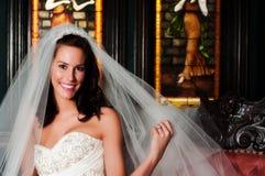 Une jolie mariée posant avec sa boucle Images stock