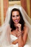 Une jolie mariée posant avec sa boucle Photo stock