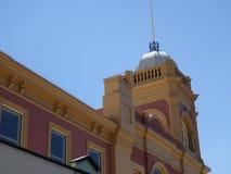 Une jolie tour sur un bâtiment dans une ville de province photo libre de droits