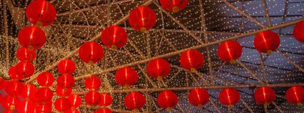 Une lampe chinoise rouge pendant une nouvelle année lunaire aucune 2 images libres de droits