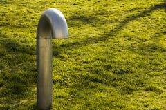 Une lampe de ventilation de solitaire fait face vers le bas sur l'herbe verte Solitude, soumission, cintrant aux concepts de la v images stock