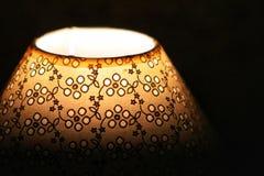 Une lampe de vintage près d'un lit Photos libres de droits