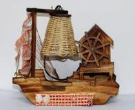 Une lampe en bois avec la conception du bateau Photos stock