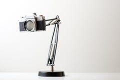 Une lampe a fait à petit morceau un vieil appareil-photo de film Image libre de droits