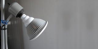 Une lampe grise se tient prêt un couloir photo libre de droits