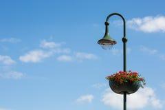 Une lanterne de rue avec le pot de fleurs Photographie stock libre de droits