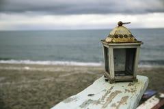 Une lanterne rasted à la plage Images stock