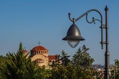 Une lanterne urbaine en métal avec une lampe juste contre un ciel clair a Images stock