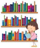 Une lecture de sourire de jeune fille devant les étagères illustration libre de droits