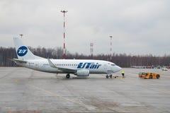 Une ligne aérienne de Boeing 737-500 (VQ-BJQ) UTair prépare pour voler à l'aéroport de Pulkovo Images libres de droits