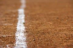 Une ligne blanche sur une zone de sports Images libres de droits