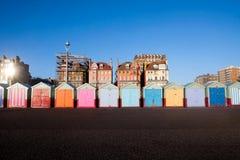 Une ligne de cinq huttes de plage sur la promenade de Brighton 5 huttes de plage sont photos stock