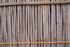 Une ligne de mur en bambou jaune qui se fanent et vieillissent par temps ฺฺ photographie stock libre de droits