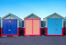 Une ligne de trois huttes de plage sur la promenade de Brighton 2 huttes AR de plage image libre de droits
