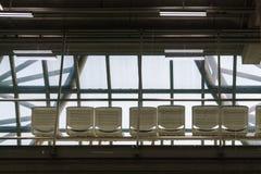 Une ligne des chaises de attente dans l'aéroport images libres de droits