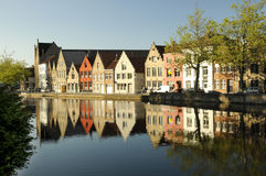 Une ligne des constructions au-dessus de regarder un fleuve à Bruges Images stock