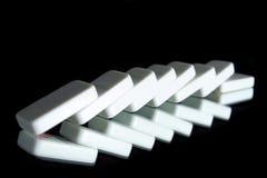 Une ligne des dominos tombés Photos stock