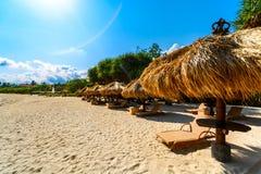 Une ligne des huttes de plage sous le soleil d'été Photo stock
