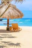 Une ligne des huttes de plage sous le soleil d'été Image libre de droits