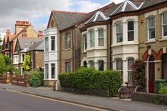 Une ligne des maisons anglaises caractéristiques Images libres de droits