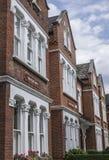 Une ligne des maisons en brique rouge Photographie stock