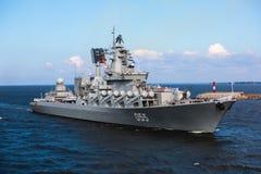 Une ligne des navires de guerre navals militaires russes modernes de cuirassés dans la rangée, la flotte du nord et la flotte de  Image stock